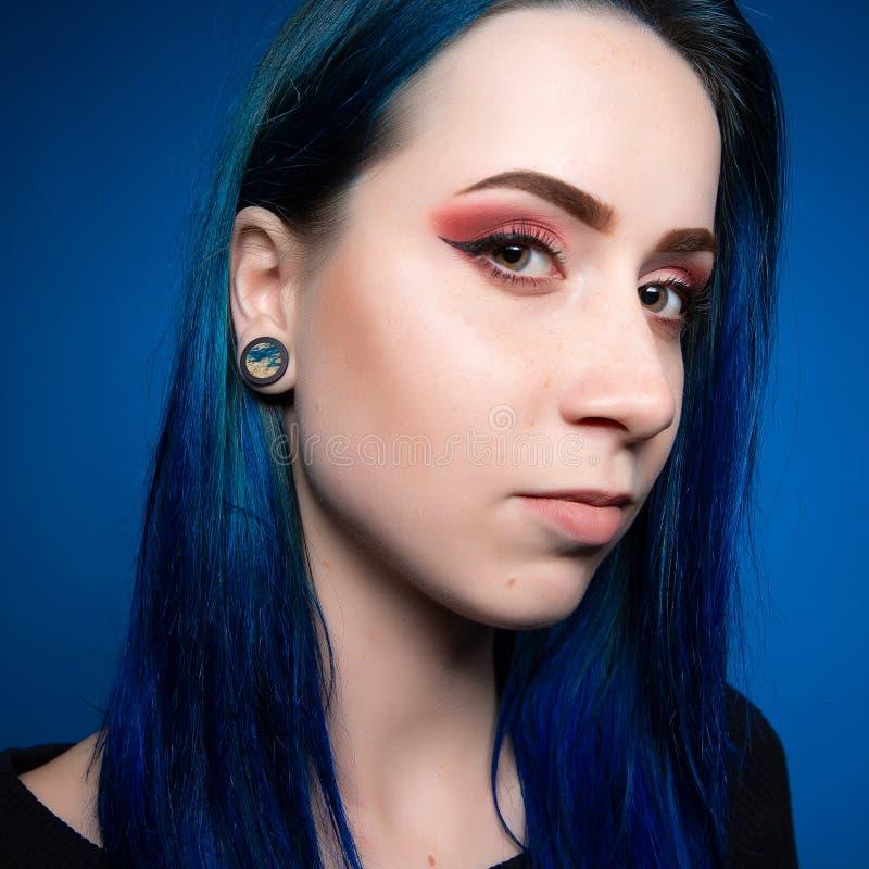 Attraktives Mädchen des drastischen Porträts mit dem blauen Haar stockfotografie