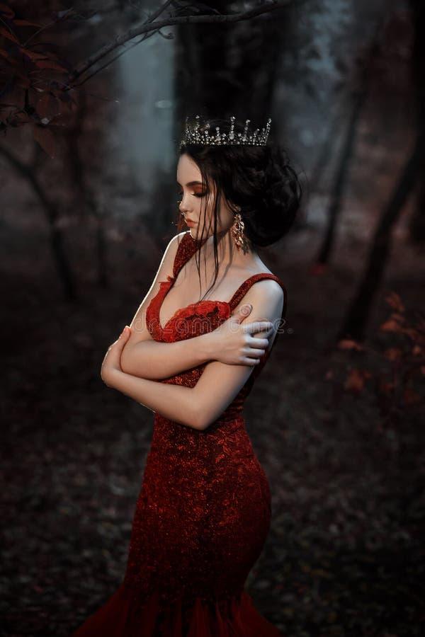 Attraktives Mädchen in einem roten Kleid stockfotografie