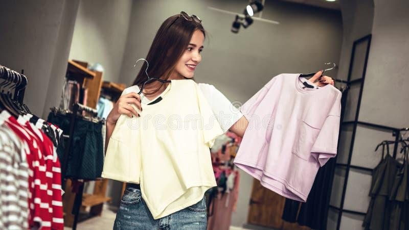 Attraktives Mädchen geht für helle Sommerkleidung in einem Einkaufszentrum stockbild