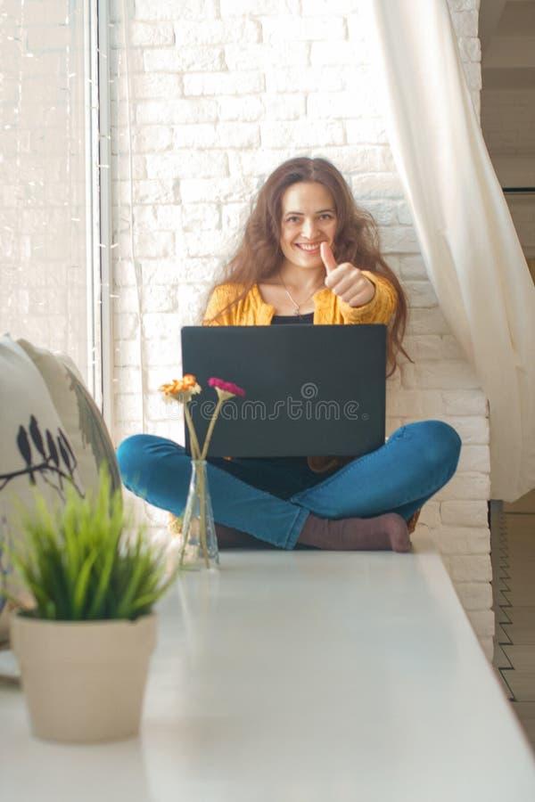 attraktives Mädchen hinter dem Laptop Ausbildungssitzung stockfotos