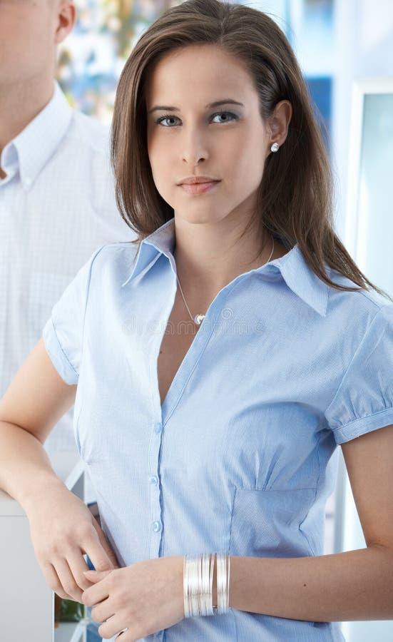 Attraktives Mädchen im Büro lizenzfreies stockbild