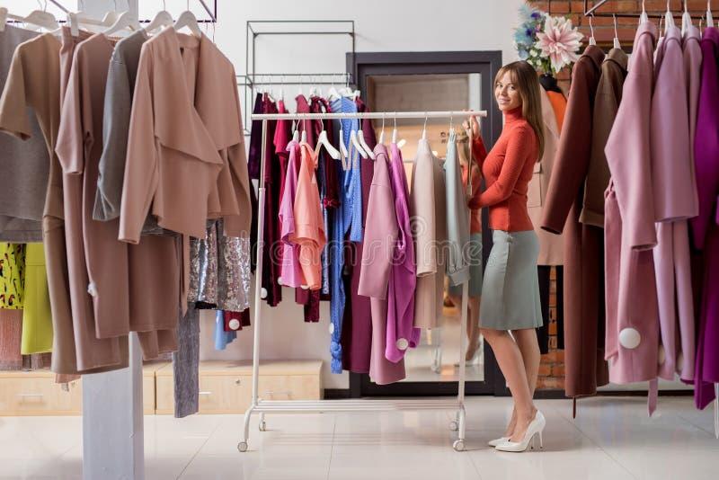 Attraktives Mädchen im Shop stockbilder