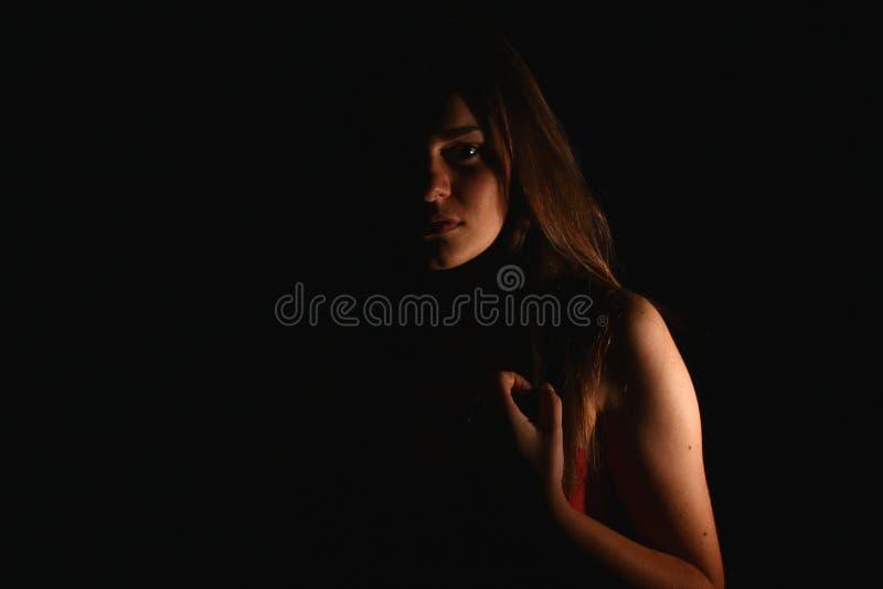 Attraktives Mädchen im Strahl der Leuchte lizenzfreies stockbild