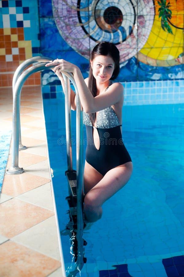 Attraktives Mädchen im Swimmingpool stockfotos