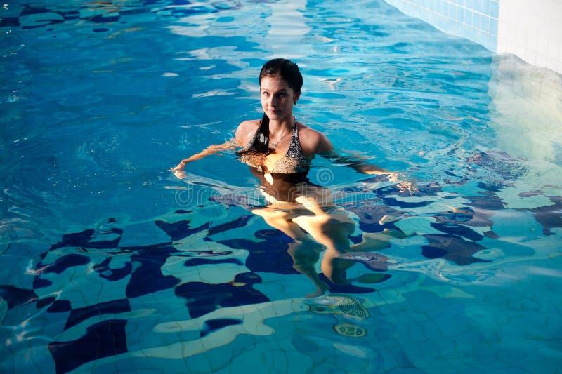 Attraktives Mädchen im Swimmingpool lizenzfreie stockbilder