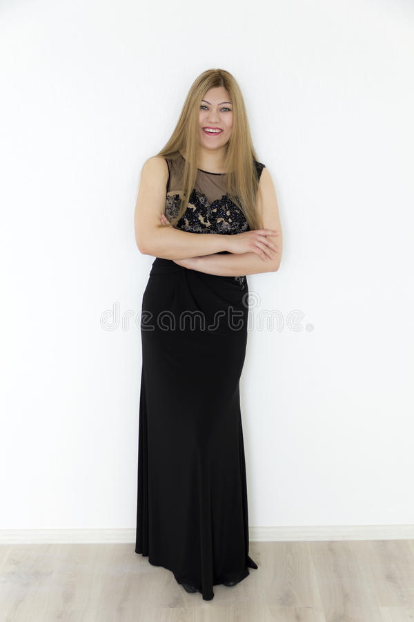 Attraktives Mädchen mit dem braunen geraden Haar, wenn schwarzes langes d geglättet wird lizenzfreies stockfoto