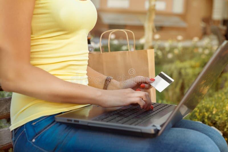 Attraktives Mädchen schließt einen Kauf on-line ab lizenzfreies stockfoto