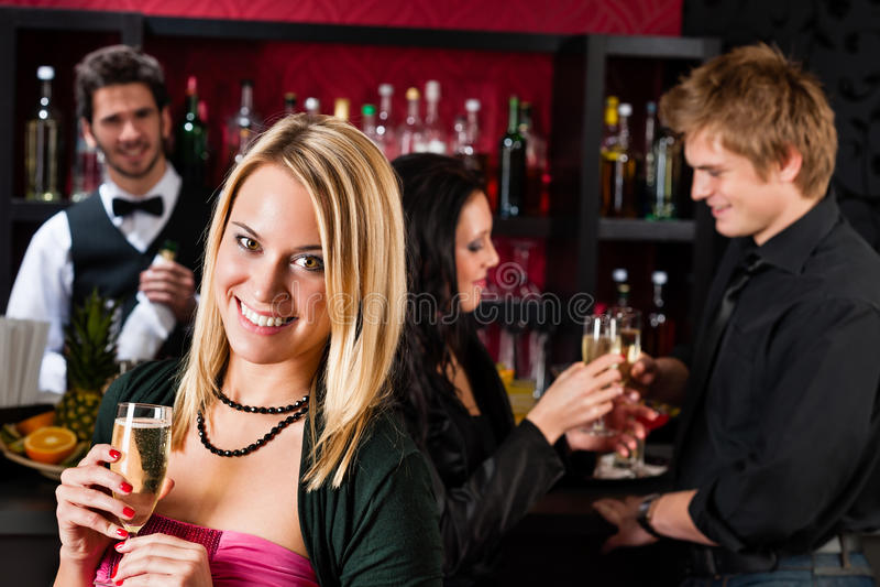 Attraktives Mädchen am Stab lächelnd mit Freunden stockfotos