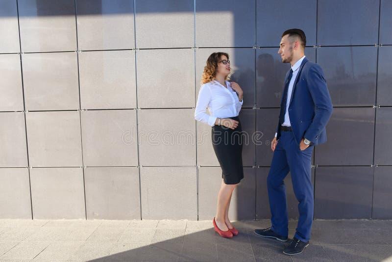 Attraktives Mädchen und Junge, junge Geschäftsmänner, Studenten, discussin stockfotografie