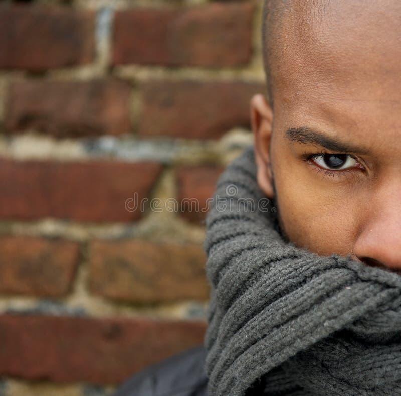 Attraktives männliches Mode-Modell mit Schalbedeckungsgesicht stockfotografie