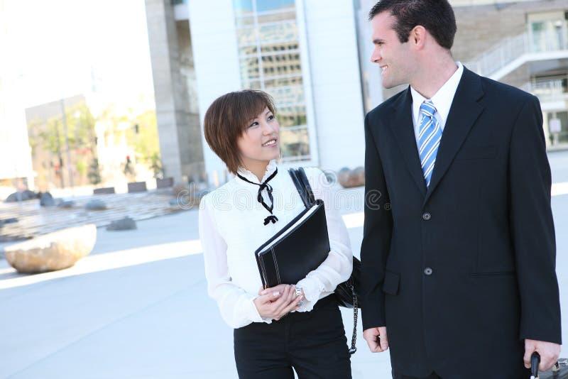 Attraktives Mann-und Frauen-Geschäfts-Team lizenzfreies stockfoto