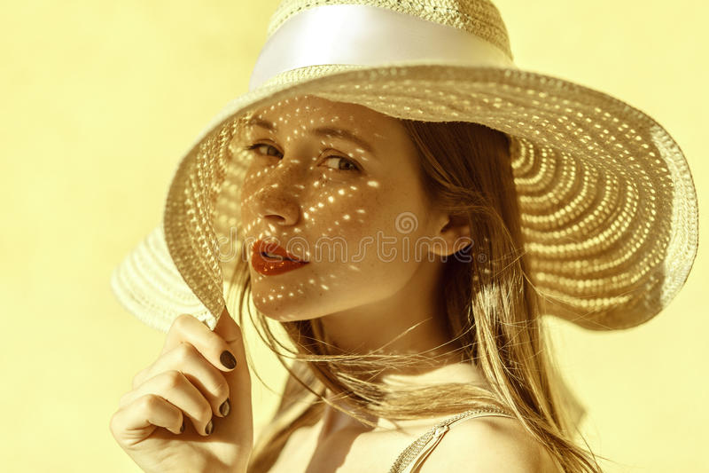 Attraktives nettes Frauenporträt im Sommer stockfotografie