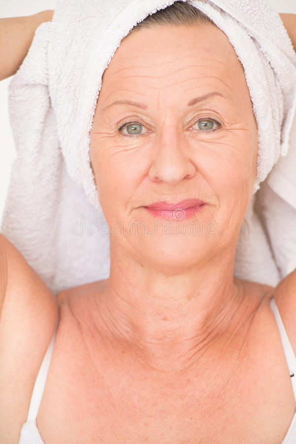 Attraktives reifes Frauenbadekurortgesundheitswesen stockfotografie
