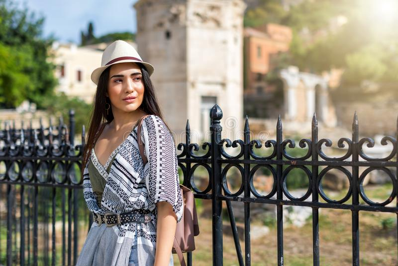 Attraktives Reisendmädchen tut Besichtigung in der Stadt von Athen, Griechenland lizenzfreie stockfotografie