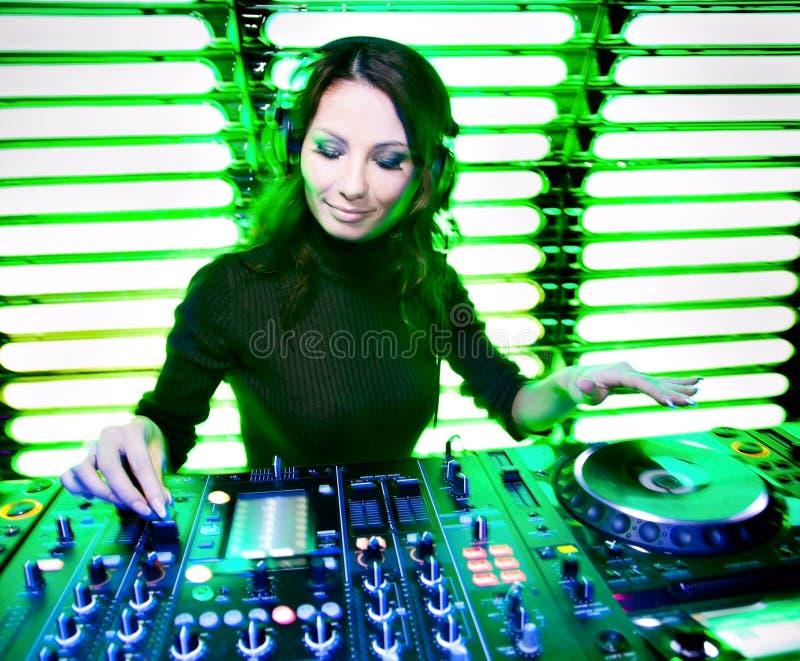 Attraktives schönes Mädchen DJ lizenzfreie stockfotografie