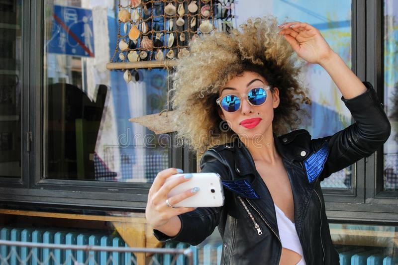 Attraktives schönes stilvolles selfie Nehmen des jungen Mädchens stockbilder