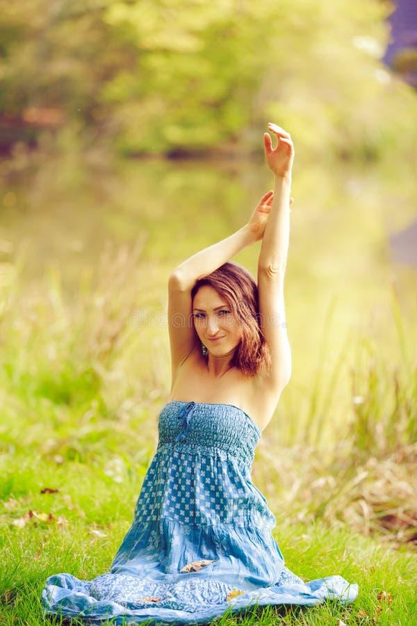 Attraktives sinnliches junges Mädchen, das im Wald aufwirft lizenzfreies stockfoto