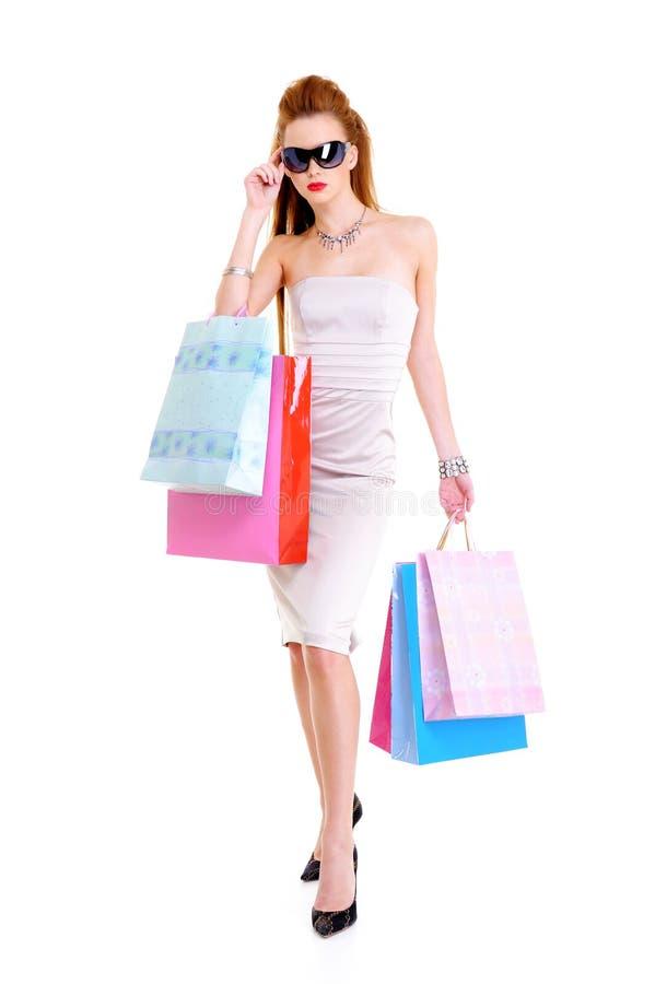 Attraktives stilvolles Mädchen mit Einkaufenbeuteln lizenzfreie stockfotos