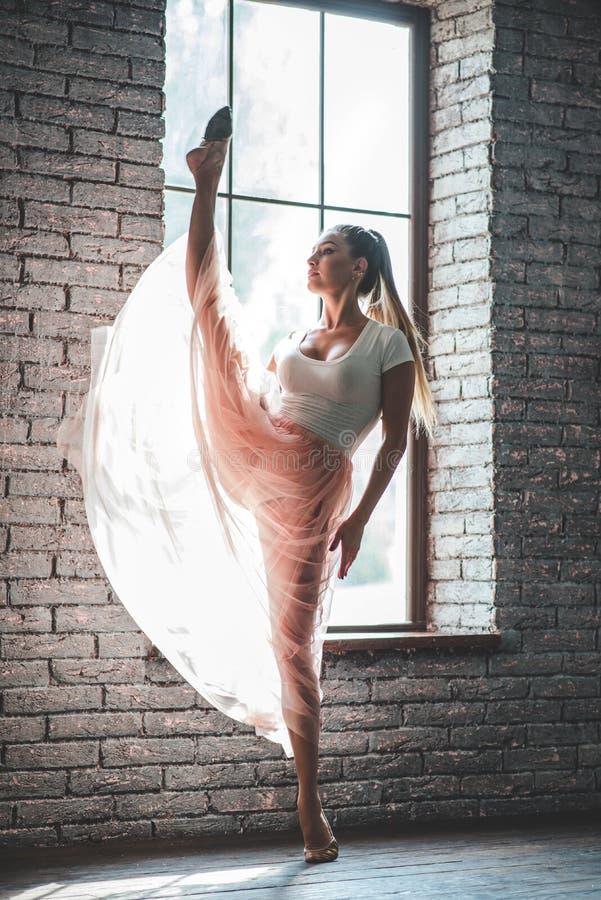 Attraktives Tanzen der jungen Frau lizenzfreie stockfotos
