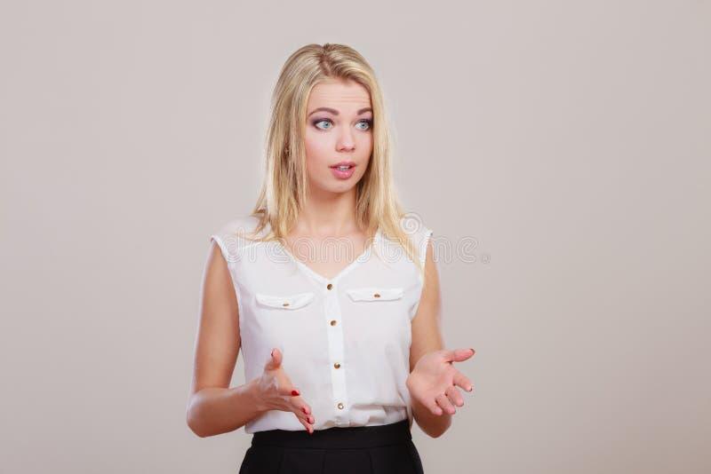 Attraktives verwirrtes Mädchen auf Grau lizenzfreies stockfoto