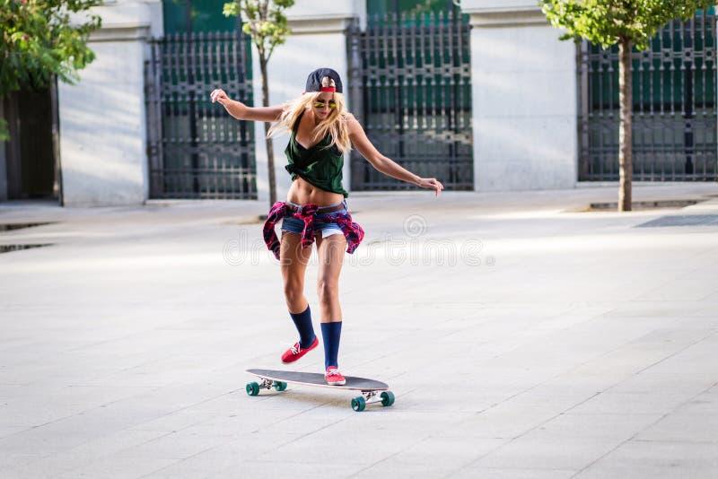 Attraktivt åka skridskor för ung kvinna arkivfoton