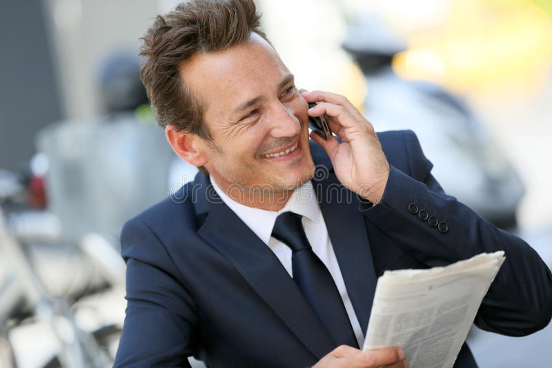 attraktivt affärsmantelefonsamtal fotografering för bildbyråer
