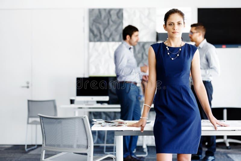 Attraktivt anseende för kontorsarbetare fotografering för bildbyråer