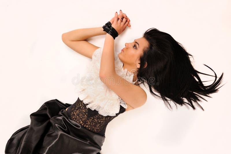 Attraktivt band av den siden- bandkvinnan. royaltyfria foton