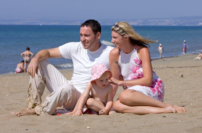 attraktivt barn för familjspain semester arkivfoto