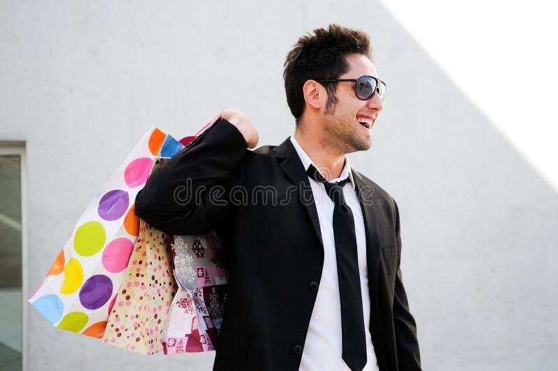 attraktivt barn för shopping för påseman royaltyfri bild