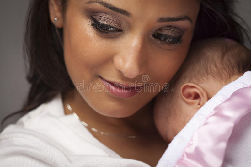 attraktivt behandla som ett barn person som tillhör en etnisk minoritet henne den nyfödda kvinnan royaltyfria foton
