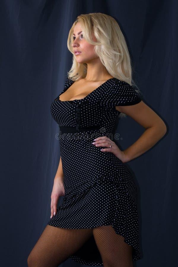 attraktivt blont kvinnabarn arkivfoto