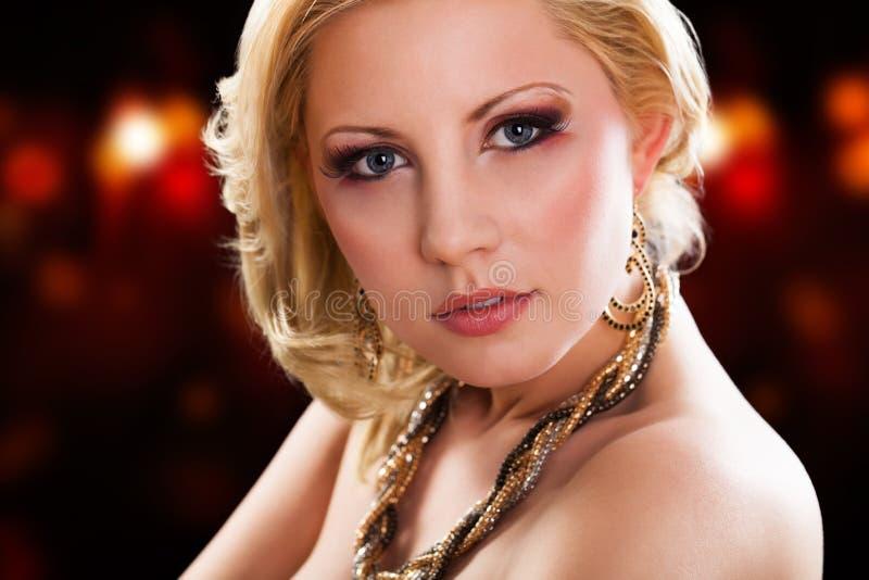 attraktivt blont kvinnabarn royaltyfri bild