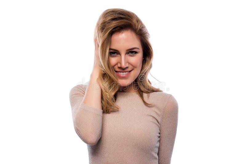 attraktivt blont kvinnabarn Stående av en härlig kvinna på en vitbakgrund royaltyfri foto