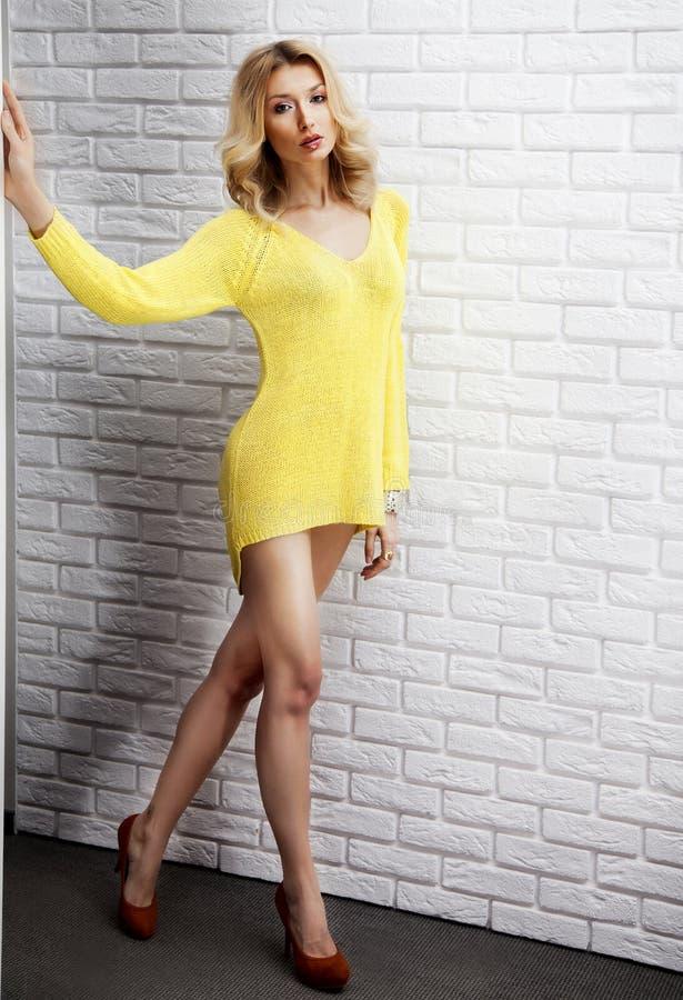 Attraktivt blont posera för dam som ser kameran. arkivbilder
