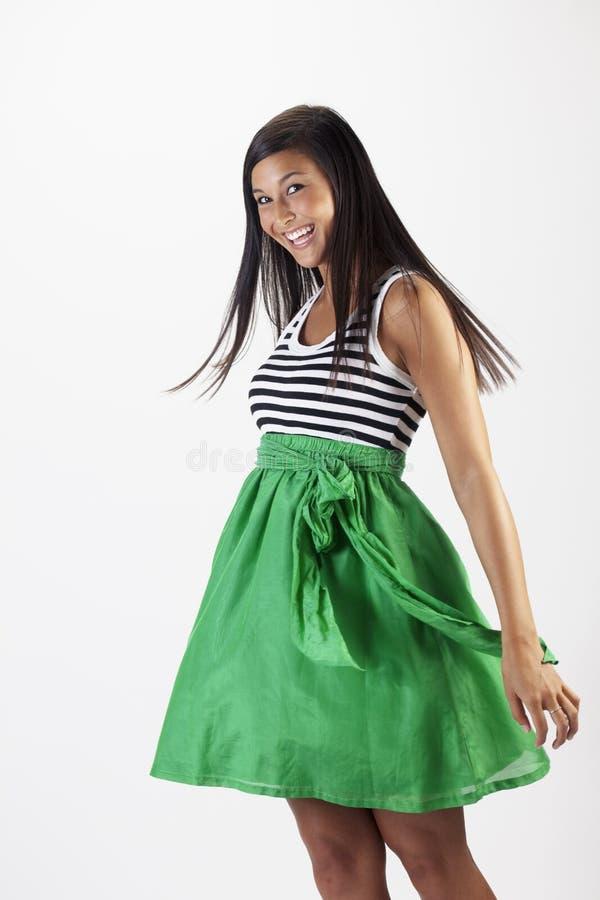 attraktivt grönt skirtkvinnabarn arkivbild