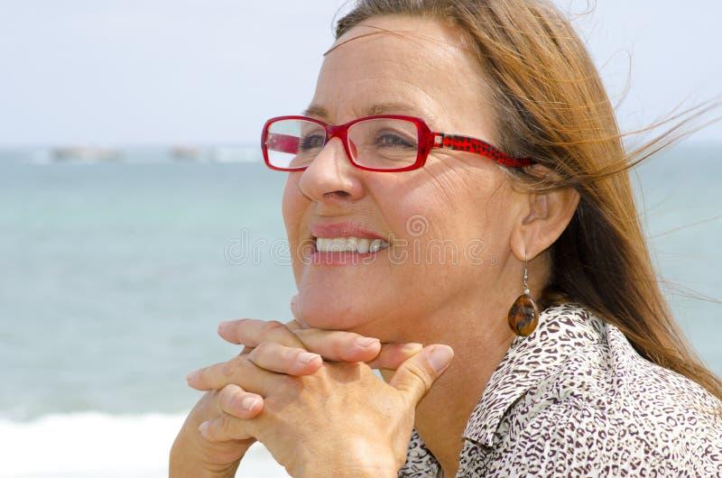 Attraktivt högt le för kvinna arkivfoto