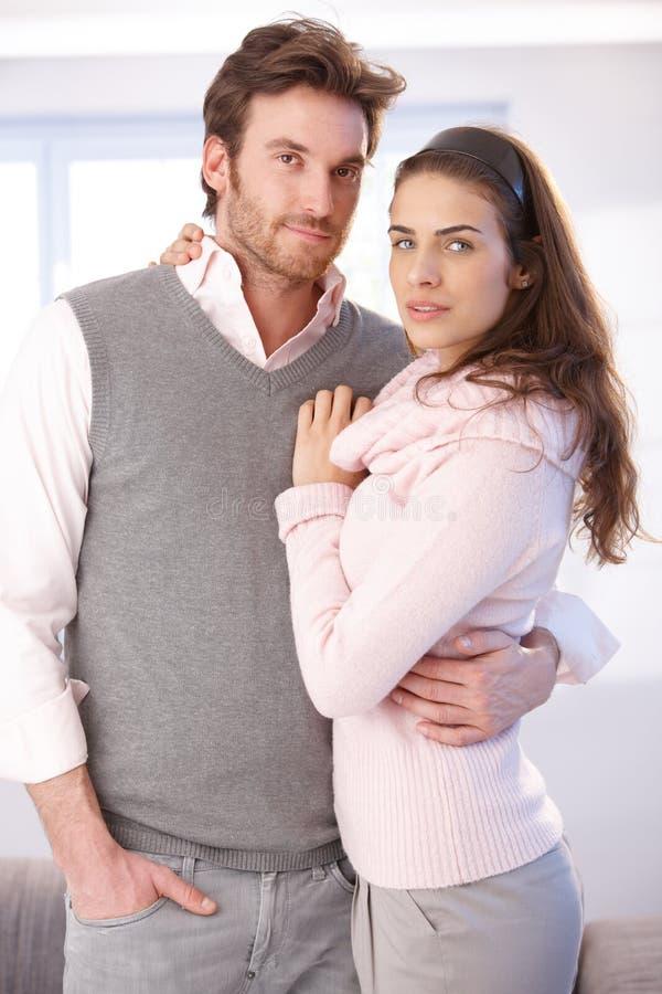 Attraktivt krama för par arkivfoton