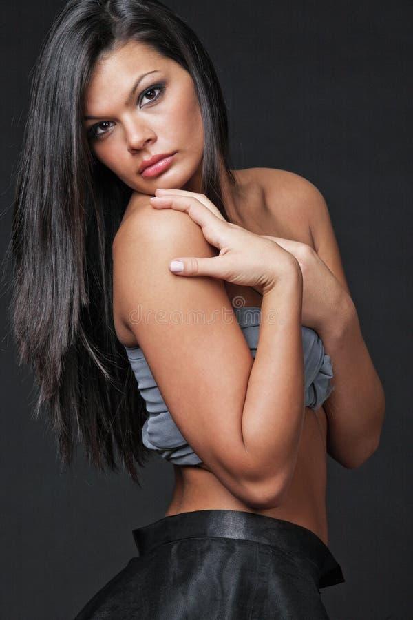 attraktivt långt kvinnabarn för svart hår arkivfoto
