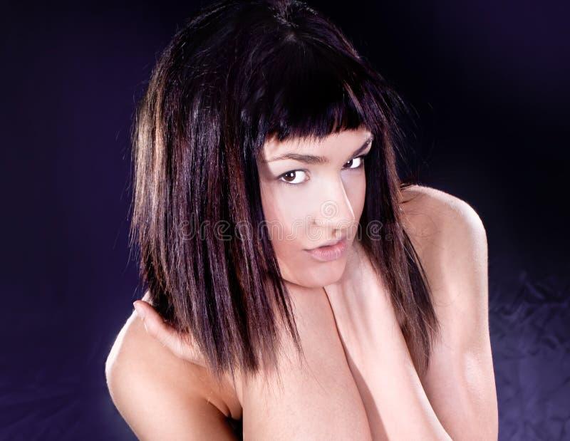 Attraktivt posera för sinnesrörelsekvinna royaltyfria bilder