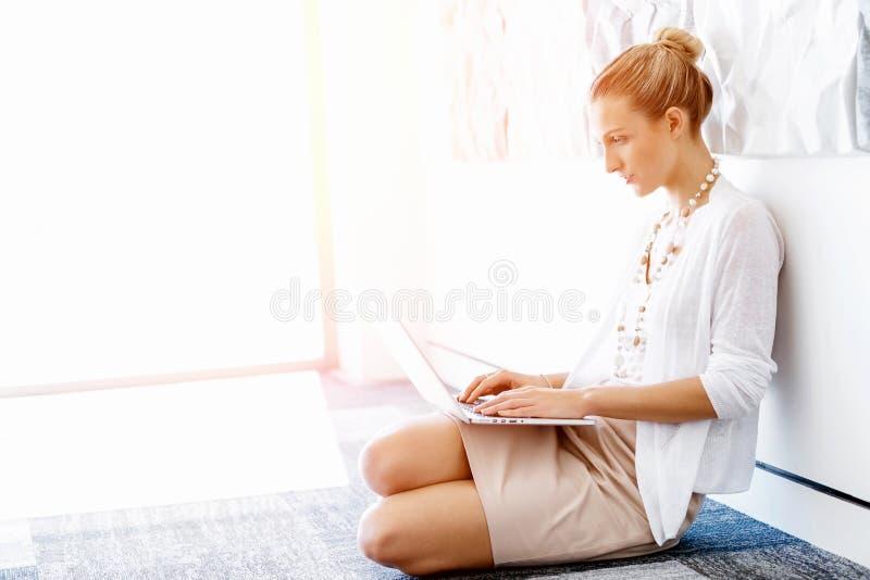 Attraktivt sammanträde för kontorsarbetare på golv arkivfoto