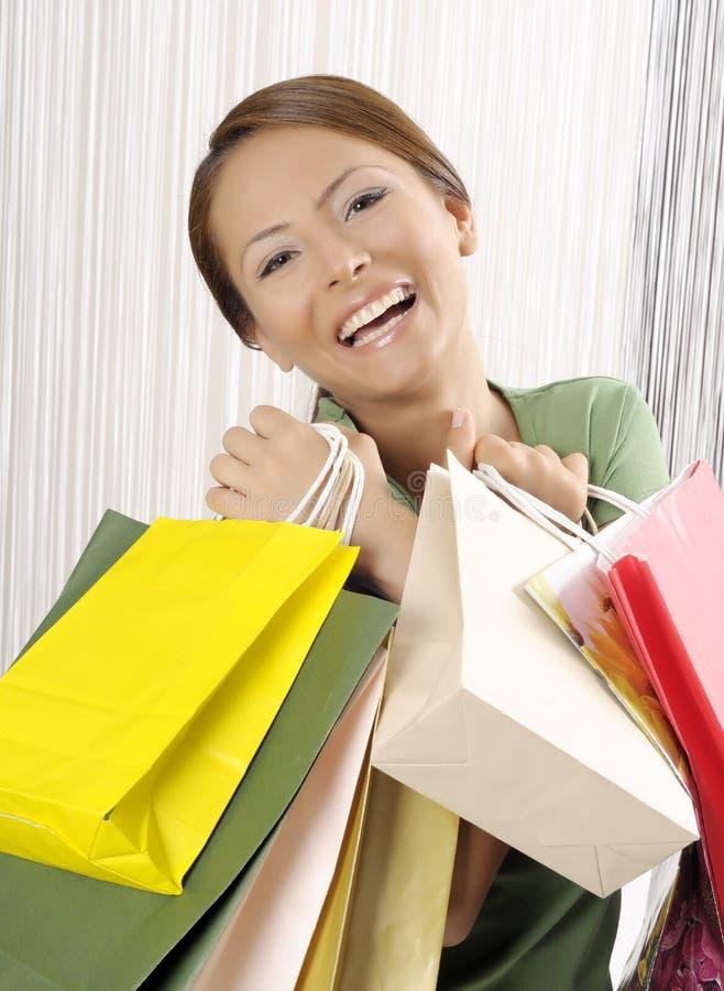 attraktivt shoppingkvinnabarn arkivbild