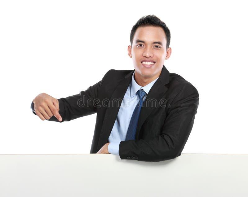 Attraktivt tecken för vit för maninnehavmellanrum arkivfoto