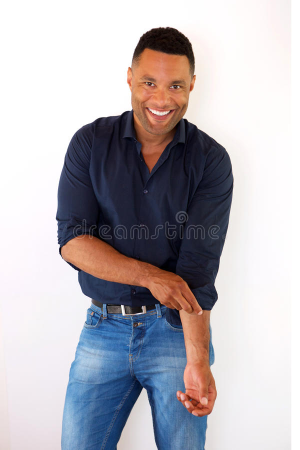 Attraktivt ungt afrikansk amerikanmananseende mot vit bakgrund royaltyfri bild