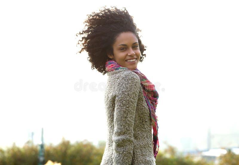Attraktivt ungt le för kvinna för blandat lopp royaltyfria foton