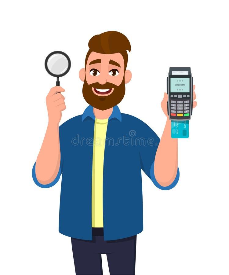 Attraktivt ungt skäggigt manvisning/rymmaförstoringsglas och krediterings-/debiteringkort som nallar maskinen eller pos.-terminal royaltyfri illustrationer