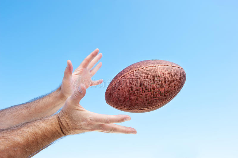 Attraper un football photo libre de droits