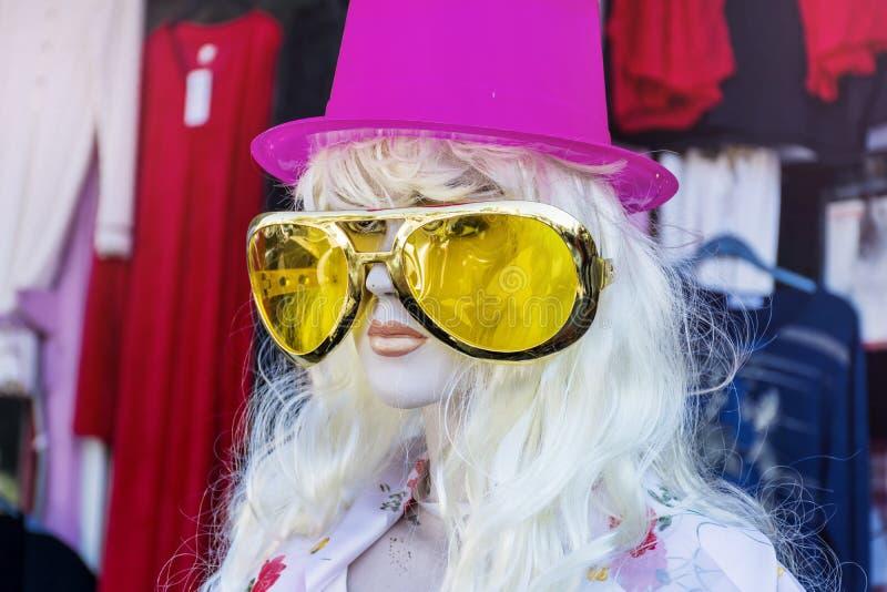 Attrapp med den rosa hatten och stor gul solglasögon royaltyfria bilder
