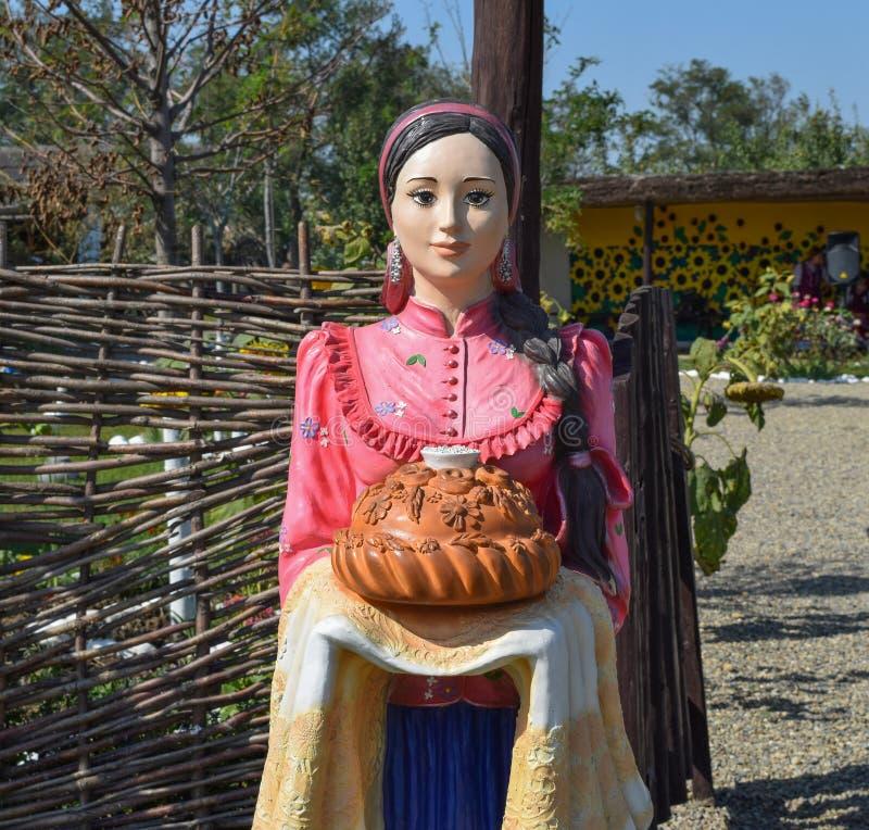 Attrappe des Gipses in Form eines Mädchens trifft Gäste lizenzfreies stockfoto