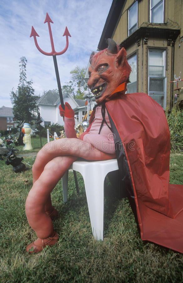 Attrappen klädde som jäkeln för allhelgonaafton på Front Lawn, Illinois royaltyfri foto